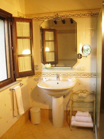 Casa Portagioia: bright and shiney bathrooms