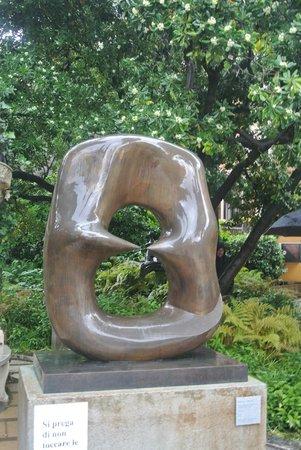 Peggy Guggenheim Collection: Statua in giardino