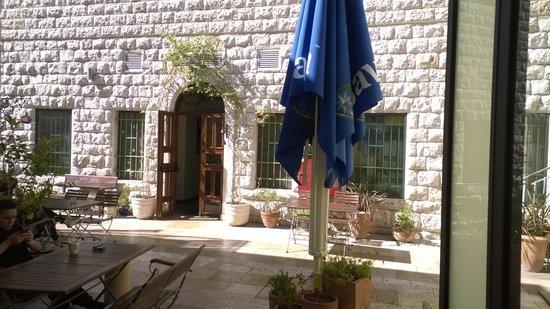 Villa Nazareth Hotel: Patio eating area outside breakfast buffet