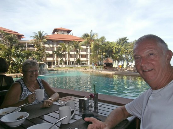 Sutera Harbour Resort (The Pacific Sutera & The Magellan Sutera): Breckfast by the pool