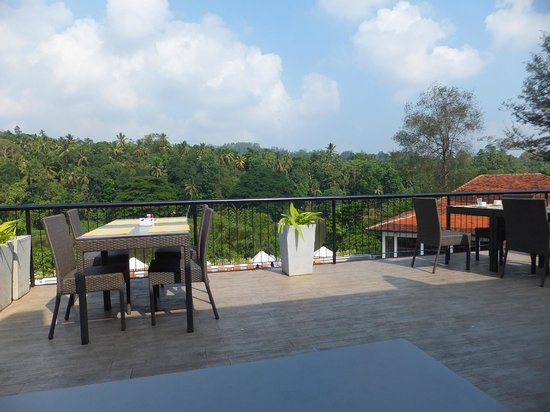 Cinnamon Citadel Kandy: Dining area al fresco overlooking the river