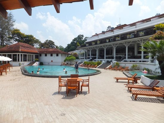 Cinnamon Citadel Kandy: Pool area