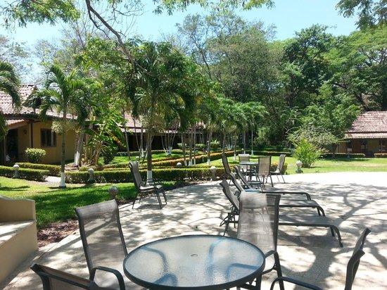 Casa Conde Beach-Front Hotel : Area de tumbonas junto piscina