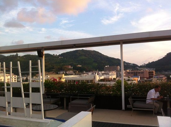 Ashlee Hub Hotel Patong: Roof top bar/pool area