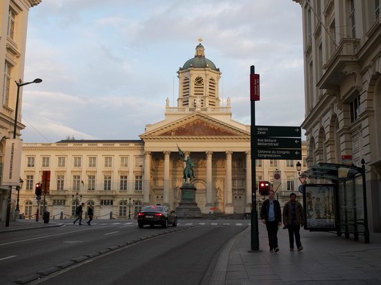 Hotel Leopold Brussels : You will see the Royal Palace when you walk from the hotel to Grand Place