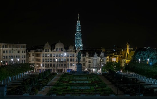 Hotel Leopold Brussels : Jardin du Mont des Arts at night with view of Grand Place Tower
