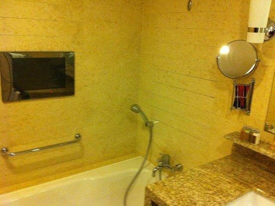 The Manila Hotel: bathroom