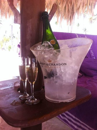 Paradisus Palma Real Golf & Spa Resort: champagne en la playa