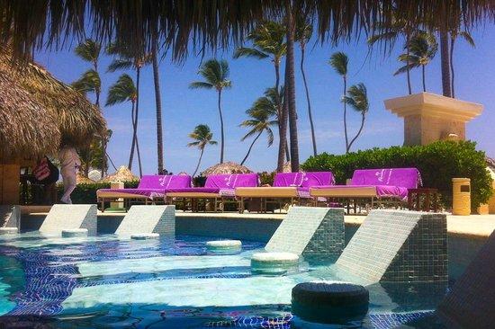 Paradisus Palma Real Golf & Spa Resort: camas en la piscina royal service