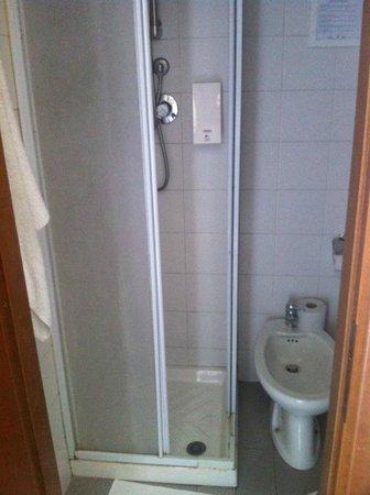 Tomato Backpackers Hotel : kleines Badezimmer, aber funktionell und sauber