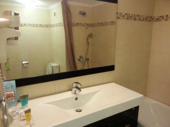 Kfar Maccabiah Hotel & Suites: Banio