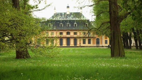 Pillnitz: Blick vom Park auf einen Seitenflügel des Schlosses