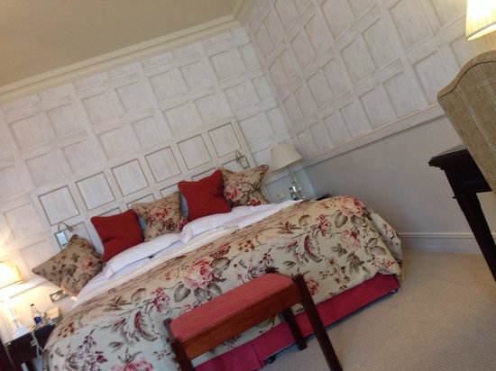 Dromoland Castle Hotel: Just a little bed ;) room 226