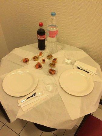 """Appart'City Paris Saint-Maurice : """"cena"""" di capodanno. tavolino fra l'ingresso della stanza e fra il cucinino"""