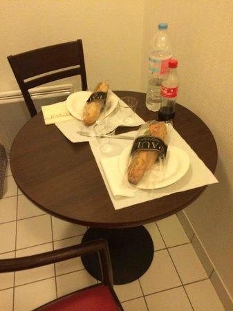 Appart'City Paris Saint-Maurice : tavolino fra l'ingresso della stanza e fra il cucinino