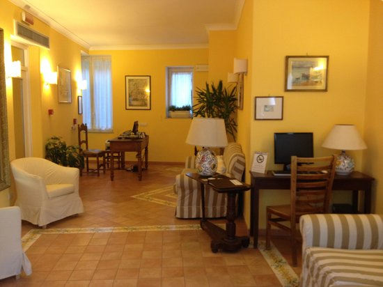 Hotel La Bougainville: reception dell'albergo