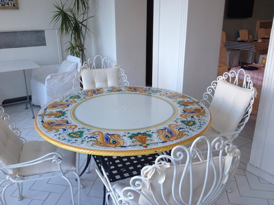 Hotel La Bougainville : sala colazione, dettaglio tavolo ceramica