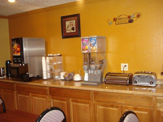 Econolodge Inn & Suites : Breakfast Area (pt1)