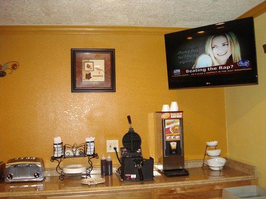 Econolodge Inn & Suites : Breakfast Area (pt2)