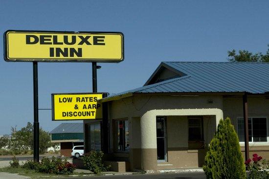 Deluxe Inn: Front Entrance from East Dickinson Boulevard