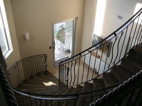 Silverstream Lodge : View to front door