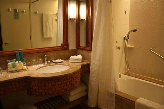 Shangri-La's Mactan Resort & Spa: with bathtub