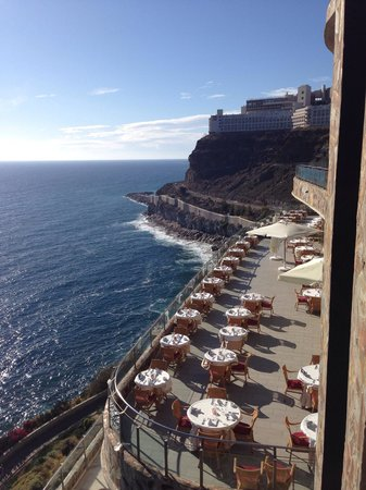 Gloria Palace Amadores Thalasso & Hotel : View of some of the outside restaurant tables and promenade below