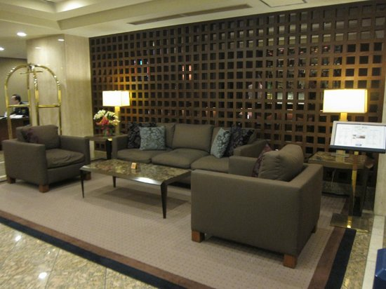 Kitano Arms: Hall. Zona divani