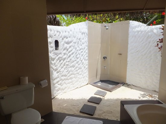 Adaaran Select Hudhuranfushi : Outside shower in beach villa