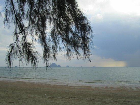 Aonang Ayodhaya Beach Resort: Пляж