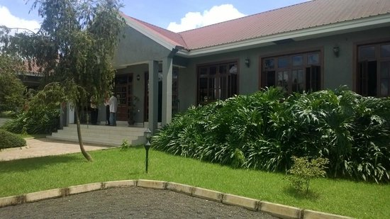 Arusha Planet Lodge: View of Hotel entrance from the Car park