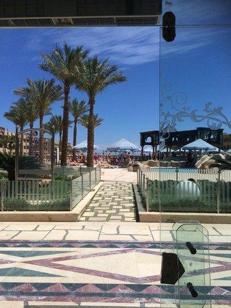 Sunny Days El Palacio Resort & Spa: Выход к бассейну с ресепшн