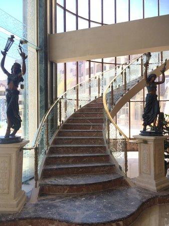 Sunny Days El Palacio Resort & Spa: Лестница на второй этаж ресепшн
