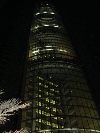 JA Oasis Beach Tower: Отель ночью