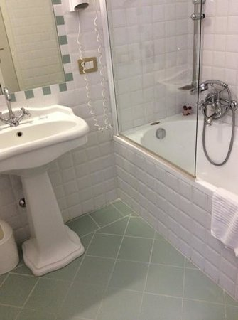 Hotel Centrale: bathroom of triple room