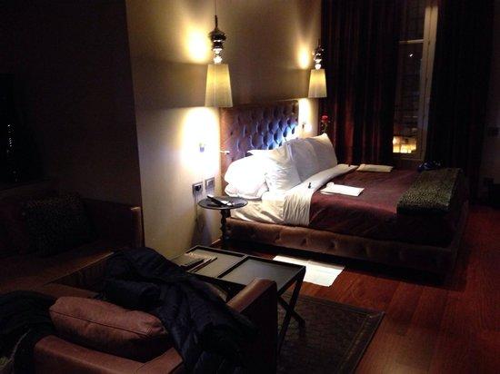 Hotel Banke: Röda rosor vid sängen!