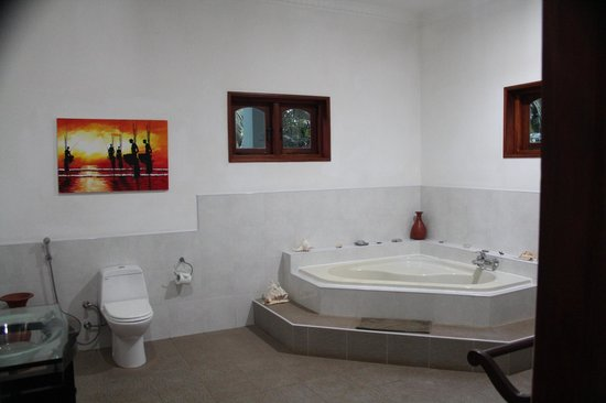 Shangri-Lanka Villa : bathroom
