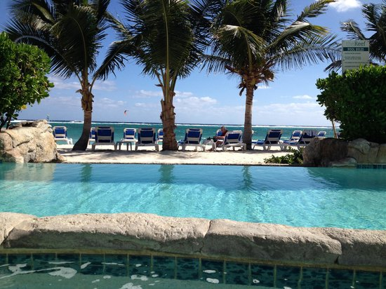 Wyndham Reef Resort: Hot tub, to pool, to ocean