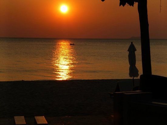 Layana Resort and Spa: Bar and dining area with brilliant sunsets.