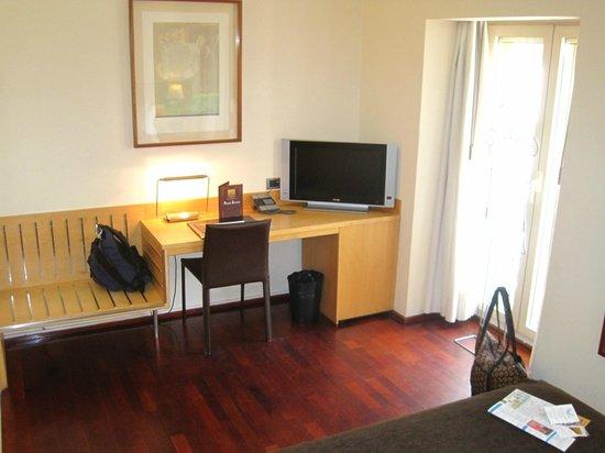 Hotel Preciados: Desk area