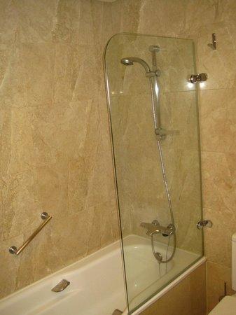 Hotel Preciados: Shower