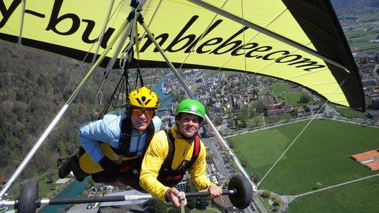 Bumblebee Hanggliding Interlaken: Flug über den Häusern von Interlaken