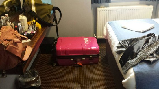 Angus Hotel: Comfortably fitted my 29 inch luggage lying down! And there was still space for movement!  Not a