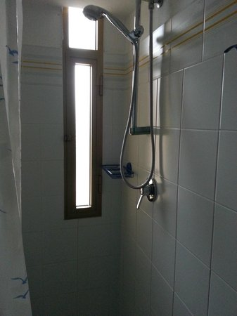 Domus Beach Castelsardo : Finestra doccia