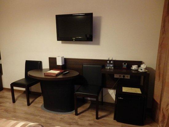 Spatz Aparthotel: Facilities in room include a fridge