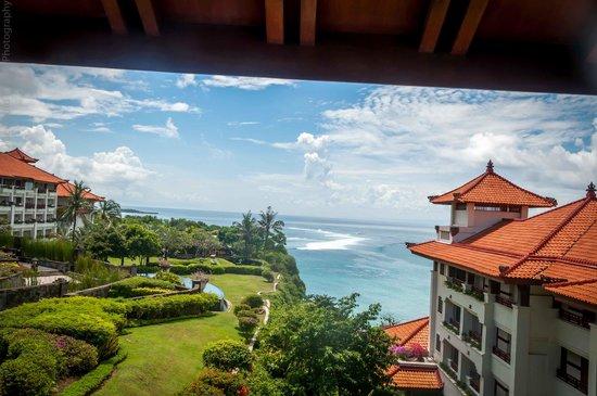 Hilton Bali Resort : walkway between cliff tower and main building