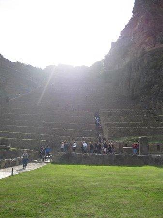 Temple d'Ollantaytambo : Sun setting behind the Temple