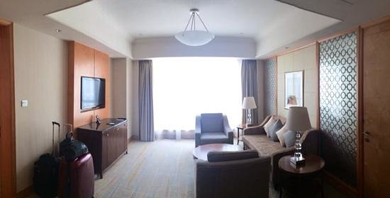 DoubleTree by Hilton Shanghai Pudong : living room of the executive suite