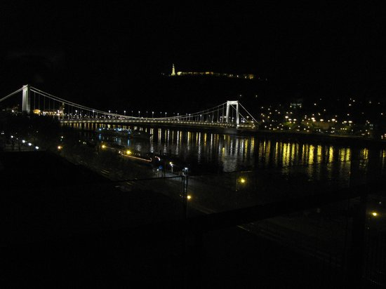 Budapest Marriott Hotel : night time view from the room