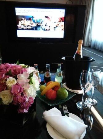Hilton Shanghai Hongqiao: champagne for wedding anniversary celebration